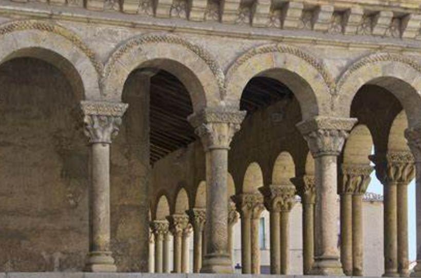 La imagen tiene un atributo ALT vacío; su nombre de archivo es romanesque-arches-1.png